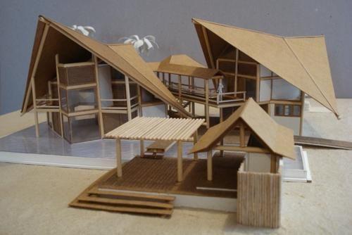 Maquete confeccionada em papel craft representando madeira, palitos de churrasco para estrutura, e papel panamá com pintura acrílica para paredes de alvenaria.