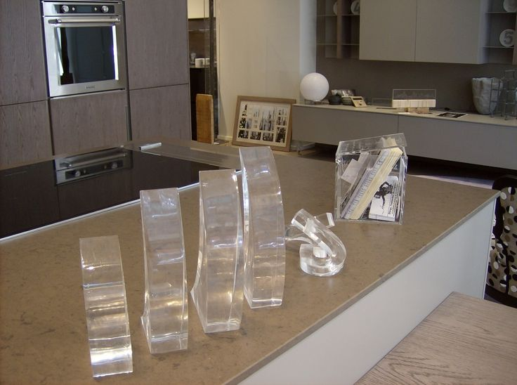 """Cucine Composit: Vernissage della mostra """"Percorsi di luce e materia"""" nella quale si trovano enigmatiche e affascinanti sculture luminose."""