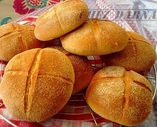 voici un superbe pain à la semoule ;très moelleux pour accompagner vos plats en sauce ou pour le petit déjeuner ou gouter,je le fais très souvent tellement il est bon! je rajoute parfois de l'anis;hummm un pain hyper parfumé et l'odeur dans la cuisine.............