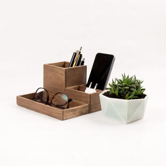 Organizador De Escritorio De Madera Acabado Rustico Conjunto De Accessorios De Escritorio Modular In 2020 Desk Organization Wooden Desk Organizer Desk Organizer Set