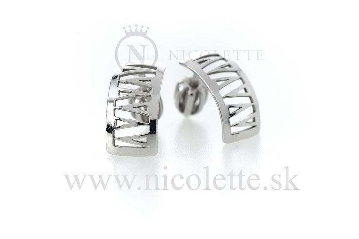 Strieborné náušnice s výrezmi tvaru písmena V.  Gramáž: 1,23 g Ag.  Rozmery: šírka 7 mm, výška 12 mm.  Šperk je vyrobený v štandardnej šperkárskej rýdzosti - 925/1000.