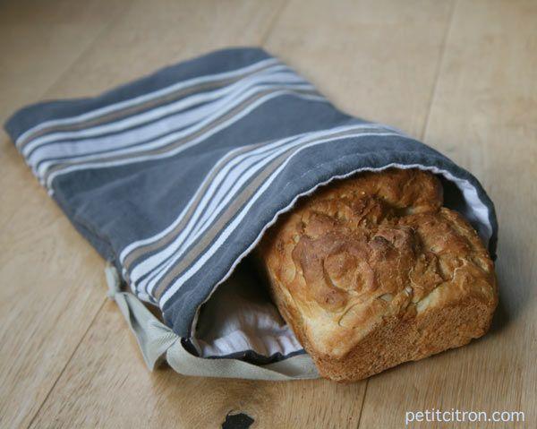 Depuis quelques temps, je fabrique mon pain. Et je vous invite à essayer ! Ce n'est pas si difficile, il faut juste un peu d'organisation pour les levées de la pâte. Et par conséquent, il me fallait un sac à pain. Pendant longtemps, j'ai conservé mon pain dans un ou deux torchons, mais c'est loin d'être pratique puisque je me retrouvais avec plein de miettes partout. Bref, j'ai décidé de fabriquer un sac à pain et c'est tout simplement un sac doublé et qui se ferme...