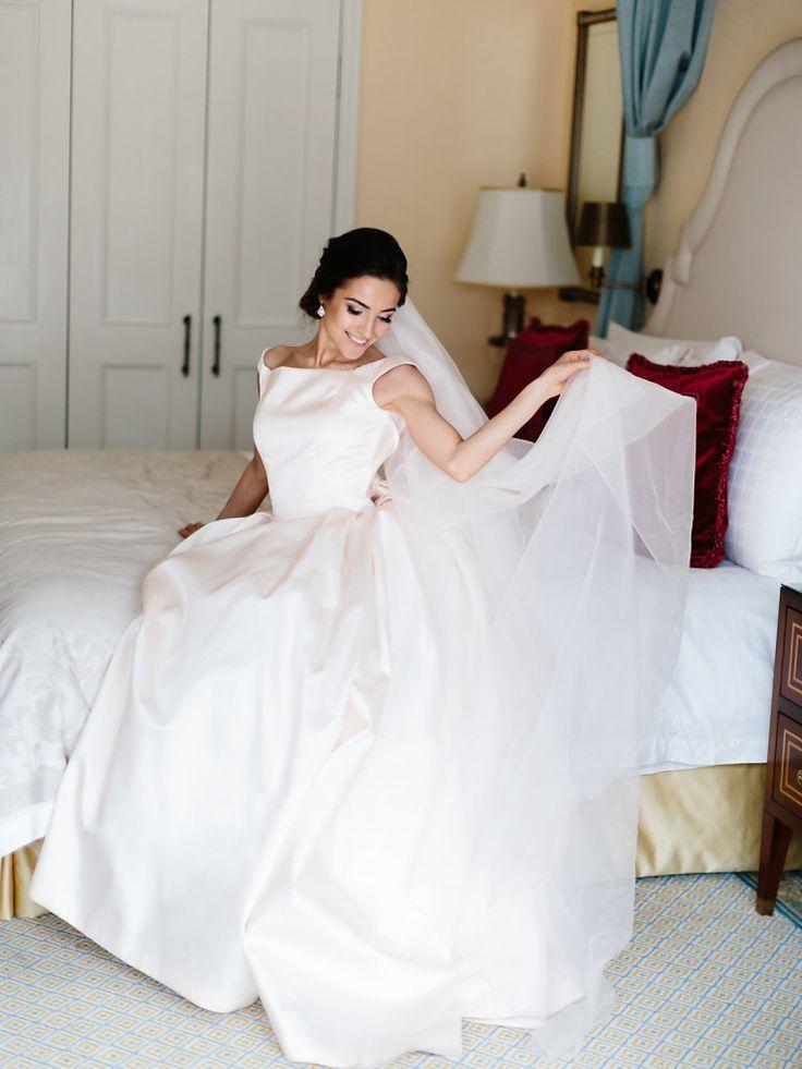 сборы невесты в отеле Four Seasons, свадебное платье Antonio Riva