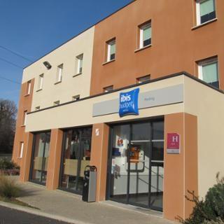 L'Ibis Budget propose 52 chambres dont plusieurs chambres familiales. Il est situé à proximité des grands axes routiers et d'un centre commercial. Le restaurant Courtepaille se situe à juste à côté de l'hôtel.