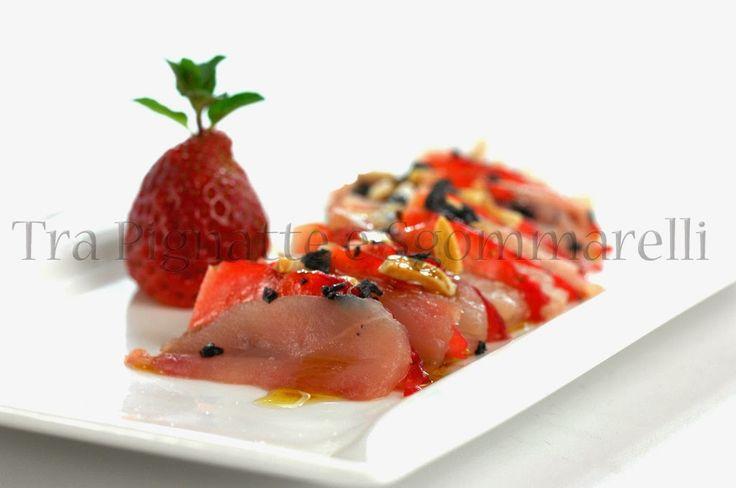 Carpaccio di ricciola e fragole, con mandorle tostate al sale marino, fiocchi di sale nero ed emulsione di balsamico   Tra pignatte e sgommarelli