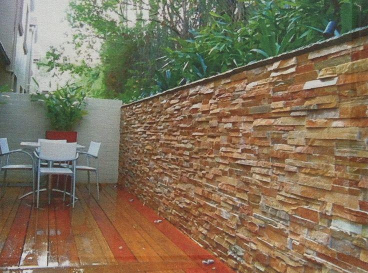 Wand steenstrips in de tuin