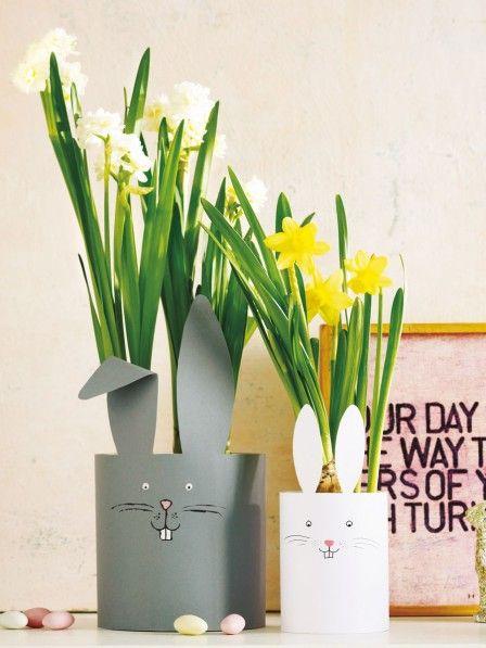 In der Zeit vor Ostern sind wir voll im Bastelfieber. Mit diesen süßen Bunny Banderolen verschönern wir ruck zuck Blumentöpfe und lassen sie österlich erstrahlen.