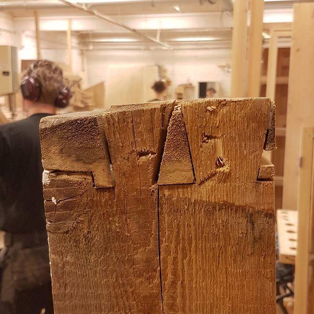 Vindus-karm laget i tettvokst gran kan også klare 100 år! Hvorfor velge plast eller aluvinduer?? #1900 #gran #sinking #håndverk #restaurering #snekkerglede #miljøvennlig #eco #bærekraft #wood