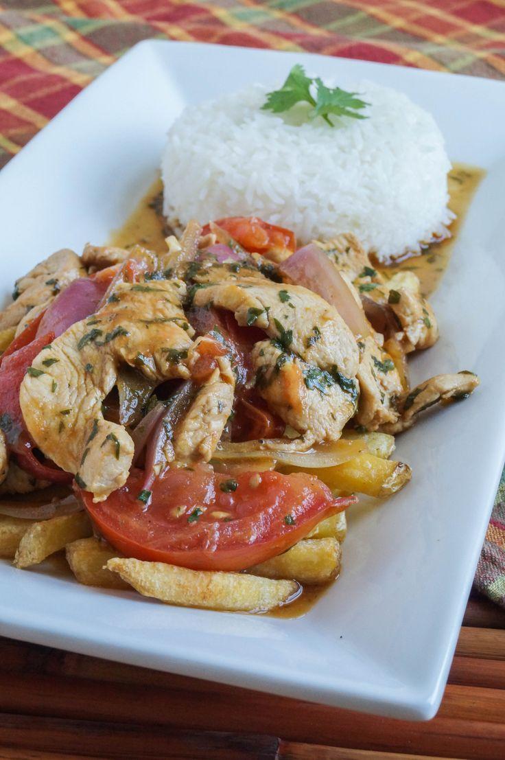 Pollo Saltado es un sofrito peruano con pollo condimentado, cebollas, y tomates. Este plato se sirve con papas fritas y arroz.