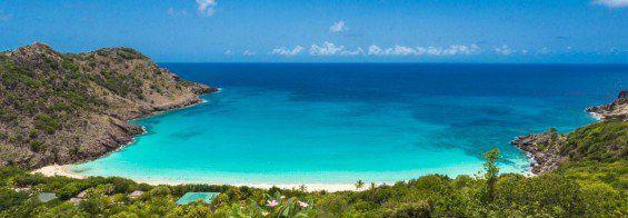 Aberta a temporada de Saint Barthélemy ou Saint Barth para os íntimos, a ilha mais festejada do Caribe!  É um território pertencente à França com 21 km2  envolvendo a ilha e outros territórios pequenos próximos e é um dos quatro territórios das Pequenas Antilhas que englobaram as Índias Ocidentais Francesas.