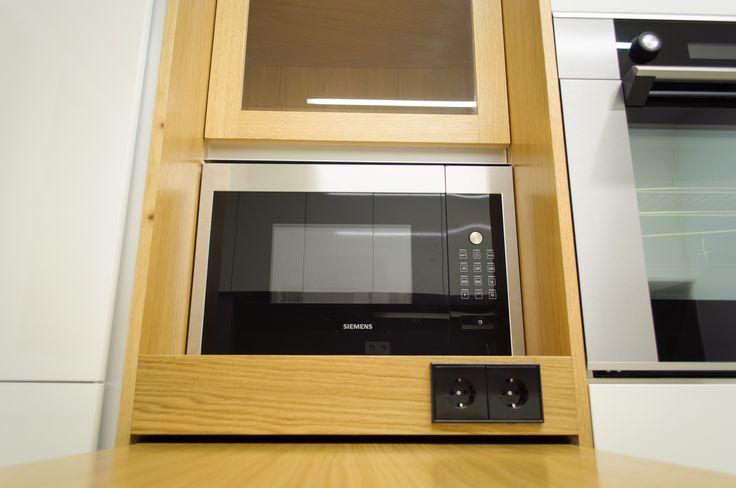 Cocina modelo SYSTEM COLLECTION, laminado en blanco brillo. Mueble integrado en madera de roble.