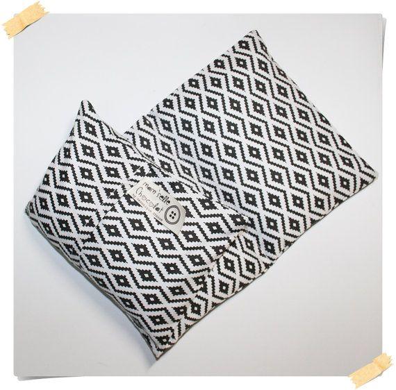 Saquito de arroz + funda de tela color blanco y negro con motivos de rombos  45x20 cm 3 partes = 3 cojines para facilitar la colocación, ideal