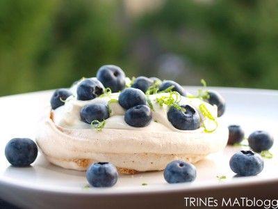 Minipavlova med limekrem og blåbær. Via Trines Matblogg <3