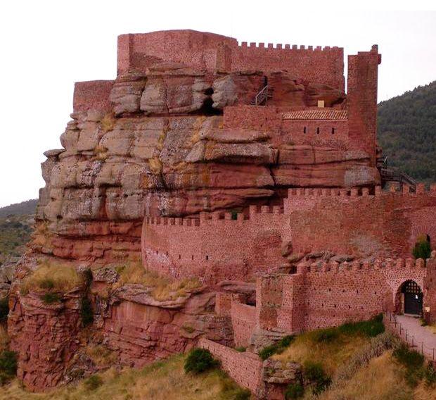 CASTLES OF SPAIN - Castillo de Peracense (Aragon). El emplazamiento del castillo estuvo ocupado a finales de la Edad de Bronce, posteriormente, bajo época de dominación musulmana. Con la expansión del Reino de Aragón al sur del Ebro hacia el Mediterráneo, el territorio de Peracense fue conquistado hacia 1150. Pero es en la Baja Edad Media cuando su importancia estratégica se acrecienta por su posición limítrofe entre los reinos de Castilla y Aragón.