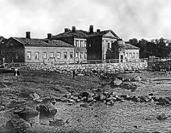 Jean Sibelius asui kevään 1892 vuokrahuoneessa Ullanlinnan kylpylässä viimeistellen läpimurtoteostaan Kullervoa. -  Alakerrassa oli 25 kylpyhuonetta ja yläkerrassa oli huoneisto Venäjän keisarinnan mahdollisia käyntejä varten.Keisari Nikolai I:n kiellettyä alamaisiaan matkustamasta ulkomaille poliittist.levottomuuksien vuoksi,matkustiv.venäläiset Suomeen.Myös varakkaat helsinkiläiset hoidattivat terveyttään kylpylässä.