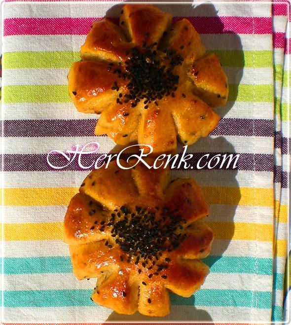 ÇİÇEK BAYAT EKMEK POĞAÇASI Flower bun recipes Bayat ekmekleri değerlendirmeye ve sizleri yeni yeni tariflerle buluşturmaya devam ediyorum. Bu son derece işe yarar ve lezzetli tarifi, bayat ekmek kırıntılarını daha önceden hazırlayarak buzdolabında muhafaza etmeniz halinde, çay saatlerinize ve hafta sonu kahvaltı sofralarınıza http://www.herrenk.com/sdetay.asp?did=2194