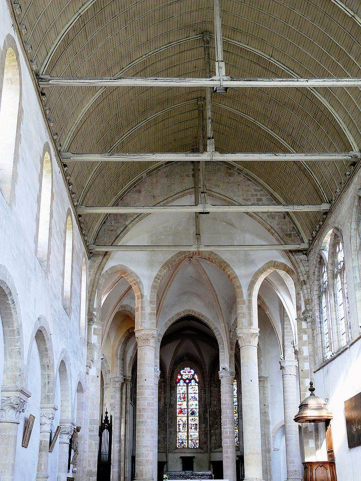 Nef de l'Abbaye de Ferrières, où furent couronnés Louis III et Carloman le 10 avril 879 - Le couronnement et le sacre de Louis III et de son frère cadet CARLOMAN sont célébrés en hâte dans l'église abbatiale St-Pierre et St-Paul de Ferrières, près de Montargis, par l'archevêque de Sens ANSEGISE. L'héritage de Louis II est pratiqué en mars 880 à Amiens: Louis obtient la Neustrie tandis que son frère Carloman reçoit l'O. de la Bourgogne, l'Aquitaine et la Septimanie.