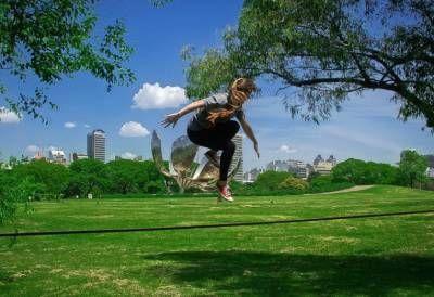 Equilibrio. Los jóvenes lo practican al aire libre y a poca altura.