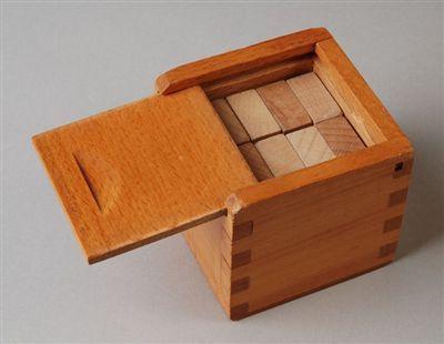 """Kubusblokkendoos """"4"""" met schuifdeksel voor kleuters: platte blokken. Wat vond ik dit leuk om te doen...huisjes, kamertjes, trapjes, een dak..."""