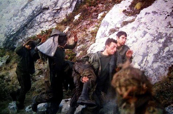 Soldados Argentinos se rinden a personal del 3rd Battalion regiment durante la batalla de monte Longdon.