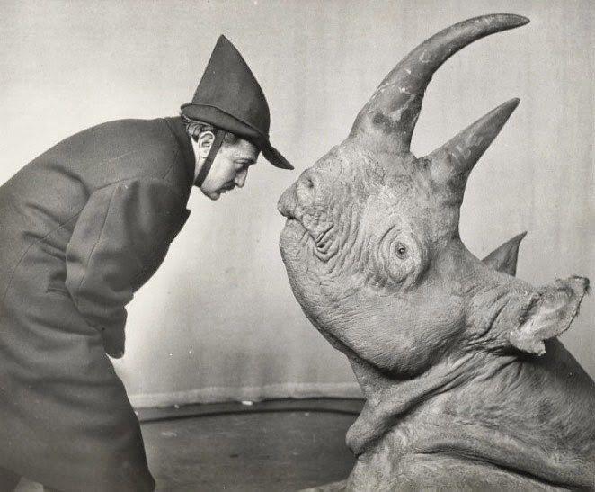 Сальвадор Дали и носорог — его любимое животное. 1952 год, фотография Филиппа Халсмана.