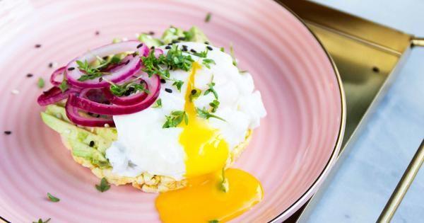 Lyxig frukostmacka med avokado och pocherat ägg