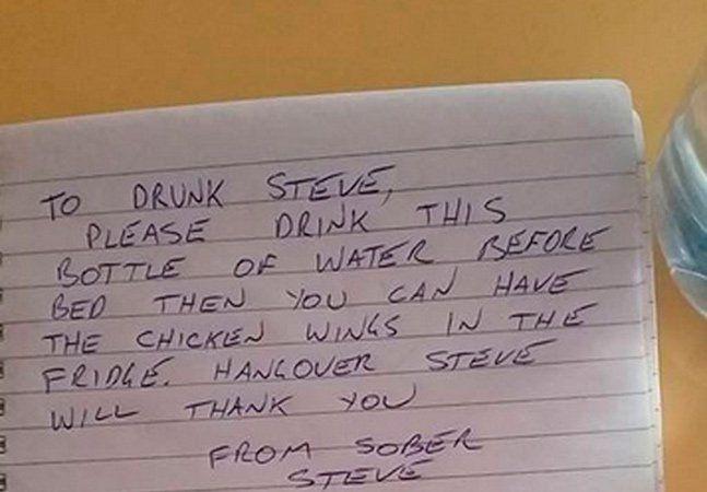 Para muitas pessoas, beber, lembrar e manter a dignidade são verbos difíceis de serem conjugados juntos. O australiano Steven Davidson, de 30 anos, que o diga! Sabendo a respeito do estado de calamidade que ficaria após uma noite regada à muita bebida, ele decidiu se prevenir escrevendo um bilhete para si mesmo antes de começar a beber. No lembrete ele avisava para que bebesse uma garrafa de água antes de ir dormir e que havia asas de frango na geladeira. Para dar um toque especial ao…