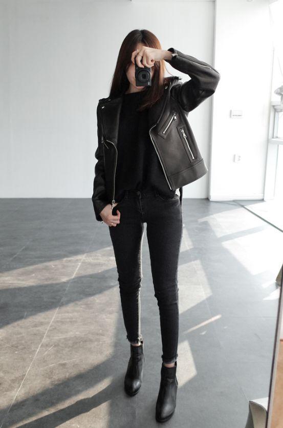 Jeans, ein Top, Stiefeletten und eine Lederjacke