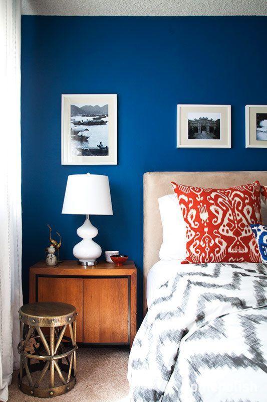 Un habitación con paredes en azul