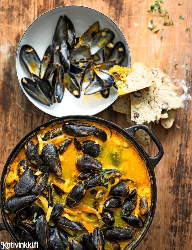 Sinisimpukat ovat herkkusuiden ja esteetikkojen valinta. Liemen maku on omaa luokkaansa, ja simpukat ovat okrankeltaista vasten syötävän kauniita. / Mussels, delicious and beautiful.