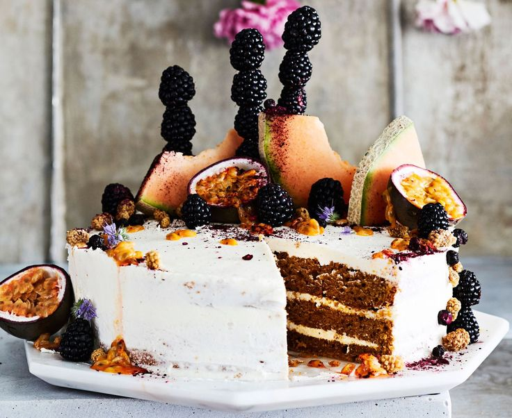 Ylioppilasjuhliin saapuu todennäköisestikasvissyöjä, ehkä vegaanikin. Porkkanakakku käy myös hänelle, kun teet voikreemin kookosöljystä.