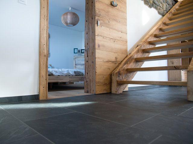 Eine Rustikale Holztreppe Als Erganzung Zu Modernem Schiefer Bodenbelag