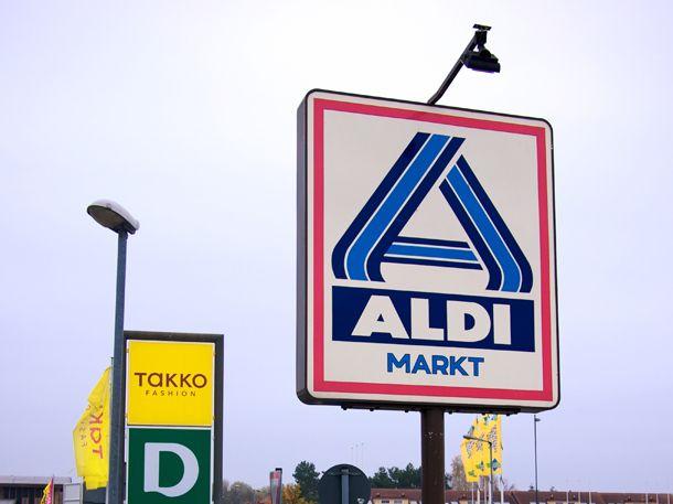 Eine Schweizer Aldi-Filiale führt jetzt Lindt-Hasen - und das, obwohl der Schweizer Schokoladenhersteller seine Produkte nicht beim