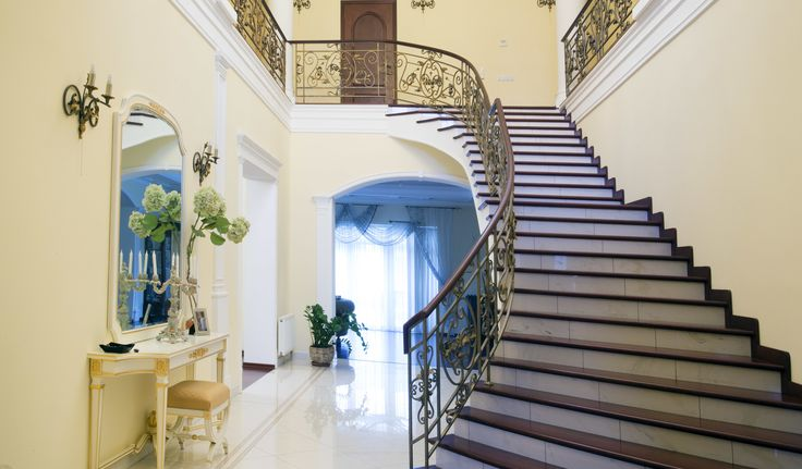 Роскошные домовладения в современном классическом стиле, укомплектованные итальянской мебелью и техникой. Этот дом выполнен с использованием высококачественных материалов, декора, мраморной лестницы. На аккуратном участке ландшафтный дизайн с уютной беседкой, прудом, своим причалом для рыбалки и видом на красивое озеро.