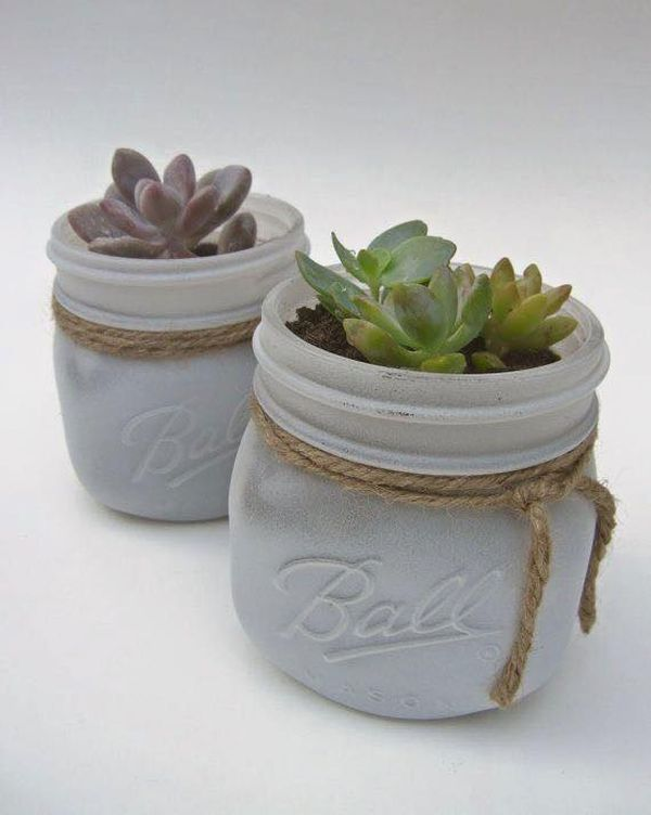 24 Idei de ghivece creative realizate din borcane Borcane mici si frumoase transformate in ghivece creative care se vor potrivi in orice decor. Va plac ideile din acest articol? http://ideipentrucasa.ro/24-idei-de-ghivece-creative-realizate-din-borcane/