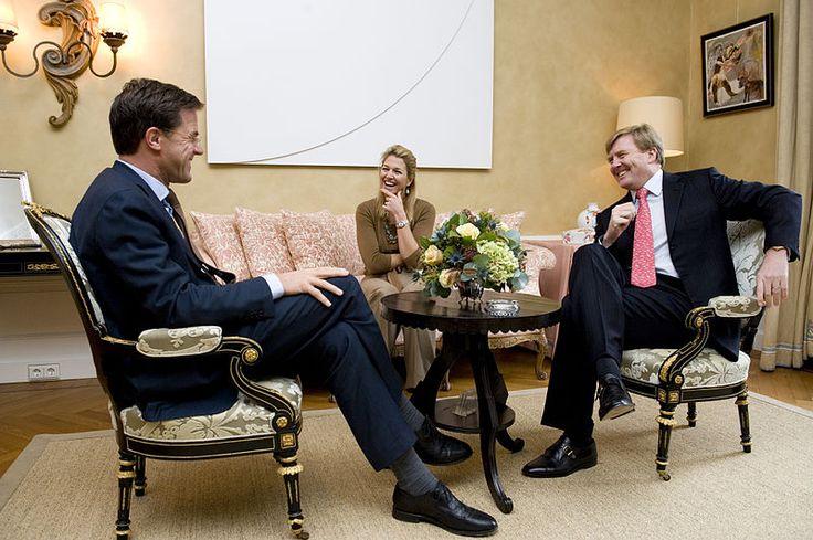 Willem-Alexander en Maxima met Mark Rutte in 2010.