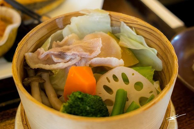[ENG] Ootoya has delicious traditional Japanese food like the vegetable  meat Teishoku. So good.  [CAT] A Ootoya tenen menjar tradicional japonés com el menú teishoku de verdures  carn. És boníssim!  #HypeinTokyo #teishoku #定食 #日本料理 #Japan #日本 #culturetripfood #japanfoodgopan #streetfoodi #bcntb #iatiporelmundo #viatgersDC #catalanspelmón #discoverTokyo #HypeinJapan #japantravelcom #japan_visit #jrailpass #japanwireless #visitjapanjp #Japan_vacations #japanawaits #art_of_japan_ #explorejapan…