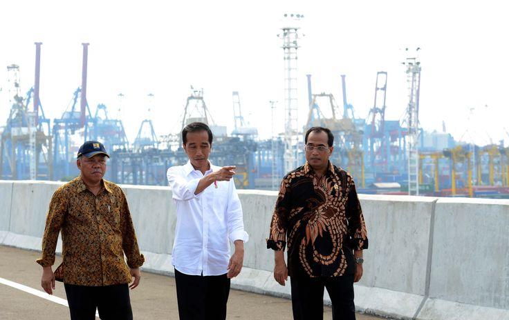 Presiden Jokowi didampingi Menhub dan Menteri PUPR saat tinjau Jalan Tol Akses Tanjung Priok, Jakarta, Sabtu (15/4). JAKARTA , 15 April 2017-Setelah pembangunannya mengalami penundaan beberapa tahu…