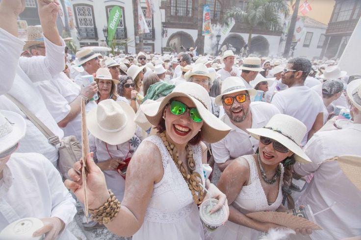 Auf der spanischen Insel La Palma feiern mit Talkumpuder