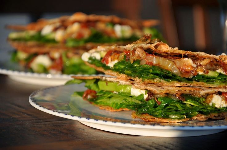 Na háji: Quesadillas plnené špenátom, avokádom, karamelizovanou cibuľkou a feta