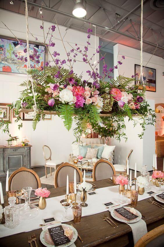 Bloemen boven de eettafel