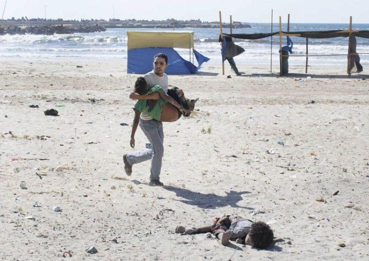"Tyler Hicks, Γάζα, 16 Ιουνίου 2014. Μετά από έκρηξη Ισραηλινής βόμβας. ""Στο σημείο βγήκαμε παραμορφωμένα σώματα, χωρίς ζωή πια. Μικρά αγόρια που σκοτώθηκαν ακαριαία και εμείς ανήμποροι να βοηθήσουμε."" αναφέρει οTyler Hicks"