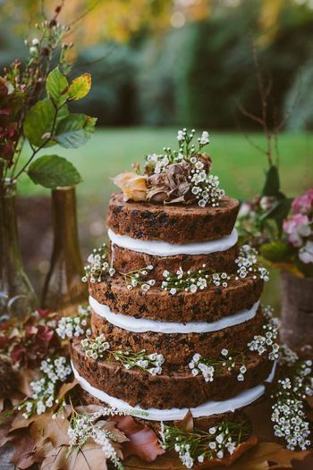 ネイキッドケーキはボーホーウェディングで人気のウェディングケーキスタイル。デコレーションは最小限その名の通りネイキッド(はだかんぼ)のケーキにお花の飾りつけがとても素朴です。