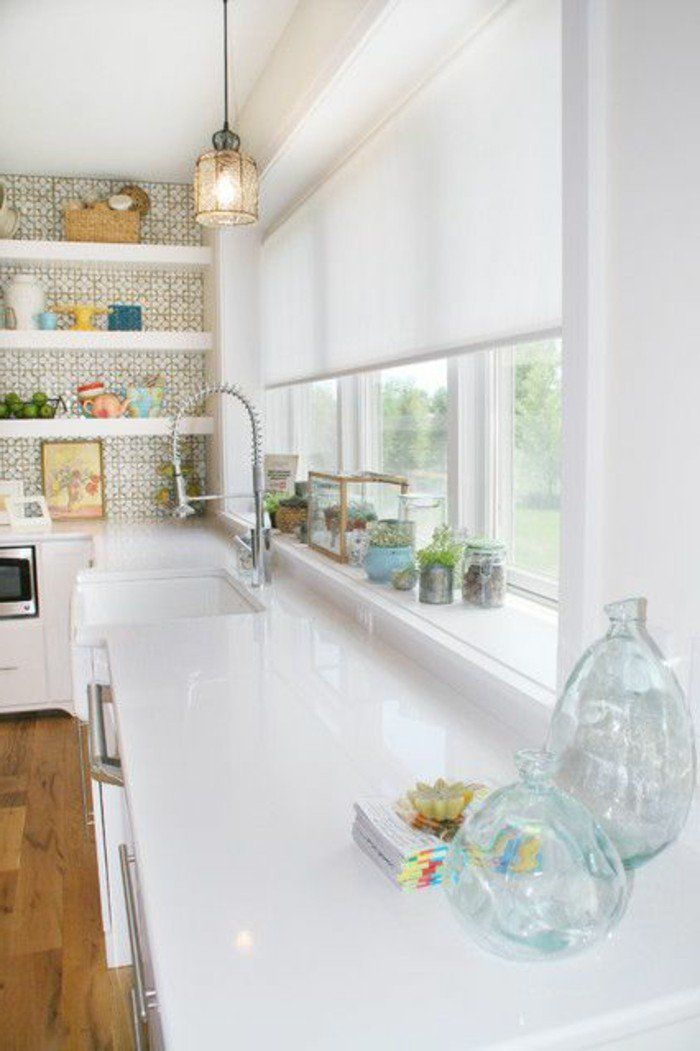 jolie cuisine blanche avec store occultant velux en blanc