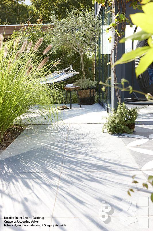 Binnen-Buiten tuin met VTWonen buitentegels. Ontwerp: Jacqueline Volker www.lifestyleadvi... Lokatie: Buiter Beton - Balkbrug. Foto's: Frans de Jong | Styling m.m.v. Boer Staphorst