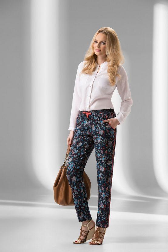 Spodnie damskie senso w kolorze granatowym (nadruk kolorowe wzory); z kieszeniami; z gumą w pasie; z ozdobną wypustką w kolorze czerwonym.