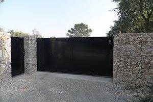 Portail en fer noir dans le Gard à Uzes