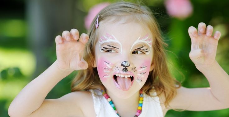 Aprenda como fazer tinta facial caseira de forma simples e segura, utilizando apenas quatro ingredientes. As crianças adoram!