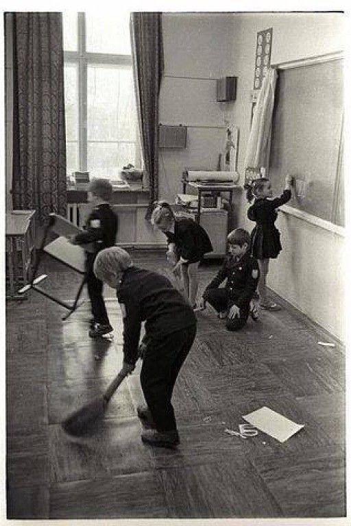 (99) Одноклассники Дежурные по классу за уборкой.