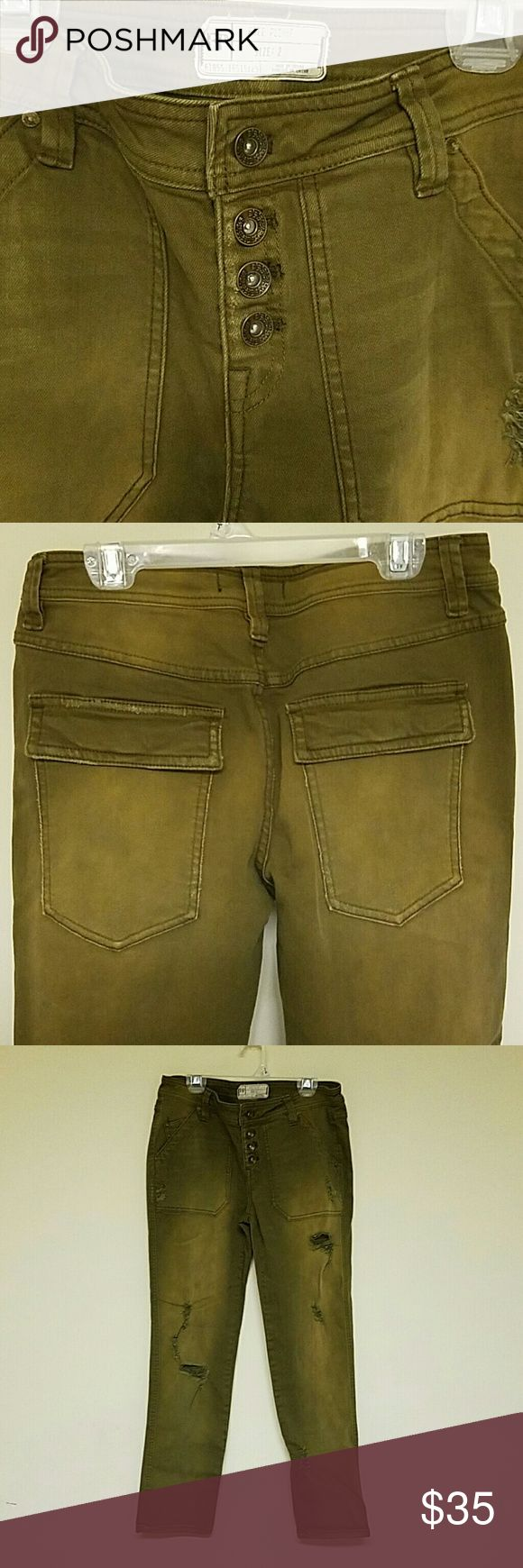 """Free people sz 2 army green jeans Sooo cute and perfect condition Army green distressed  4 button fly 8 1/4"""" rise  29"""" waist 28"""" inseam 12"""" Leg opening 92% cotton 7% polyester 1% spandex Free People Jeans Skinny"""
